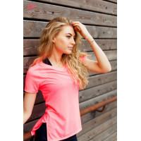 Спортивная розовая футболка с вырезом на спине