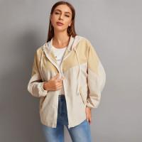 Контрастное пальто с капюшоном на молнии