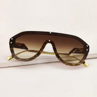 Спортивные солнечные очки с черепаховой рамкой
