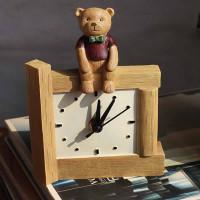 Настольные часы с декором медведя